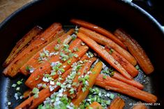 Morcovi caramelizati cu unt sau ulei si usturoi trasi la tigaie | Savori Urbane Christmas Cooking, Unt, Carrots, Healthy Recipes, Healthy Meals, Food And Drink, Vegan, Vegetables, Desserts