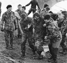 A very dirty war: British soldiers shot dead by enemy troops waving the white flag and Argentinian prisoners bayoneted in cold blood. An ex-Para tells of the horrors of the Falklands British Marine, British Army, British Armed Forces, British Soldier, Military Gear, Military History, Uk Arms, Falklands War, White Flag