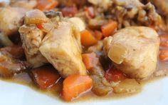 POLLO A LA CERVEZA    1 pollo  2 zanahorias  1 cebolla  3 dientes de ajo  1 pimiento rojo  330 ml de cerveza negra  Harina  Sal  Pimienta  Aceite de oliva virgen extra