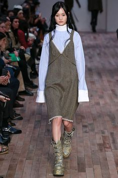 Fall 2017 Ready-to-Wear Fashion Show Collection: See the complete Fall 2017 Ready-to-Wear collection. Look 16 Winter Outfits Women, Winter Fashion Outfits, Fashion 2017, Autumn Fashion, Womens Fashion, Fashion Trends, Winter Dresses, Fashion Show Collection, Ready To Wear