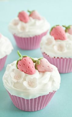 Classic Vanilla Cupcakes with Strawberry Decoration, cupcake decorating ideas, cupcakes recipes