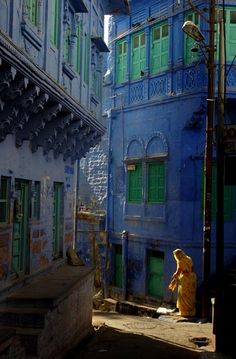 A narrow alleyway in the Blue City, Jodhpur, Rajasthan, India | Photographed on November 2007 by Sudipto Das (Calcutta, India)