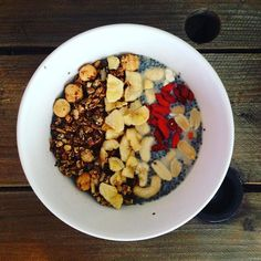 Le #chiapudding du jour avec un granola maison ses baies de goji quelques chips de bananes noix de cajou et cacahuètes  #breakfast #petitdejeuner #chia #chiaseeds #goji #gojiberries #instahealth #instahealthy #fit #food #instafood #cleaneating #eathealthy #eatinghealthy