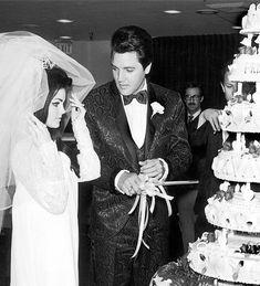 Elvis cutting the cake for the press. May 1 1967 in Las Vegas. Elvis And Priscilla, Lisa Marie Presley, Tom Selleck Movies, Aladdin, Elvis Wedding, Las Vegas, Cheap Rustic Decor, Elvis Presley Photos, Before Wedding