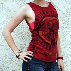 t shirt DIY tie side seam moto tank top Zerschnittene Shirts, Diy Cut Shirts, T Shirt Diy, Tank Top Shirt, Tank Tops, Sewing Shirts, Band Shirts, T-shirt Refashion, Diy Clothes Refashion
