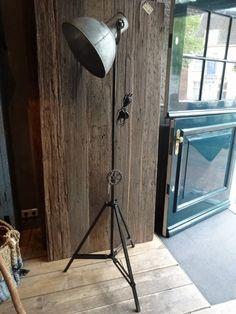 Stoere industriële vloerlamp op uitklapbaar statief. In hoogte verstelbaar. Kap kan kantelen. Fraaie lamp met groot... Desk Lamp, Table Lamp, Lamp Design, Groot, Sober, Lighting, Home Decor, Floor Lamps, Light Bulb Drawing