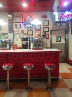 カリフォルニア州ウィッティアに昔からあるロッキーコーラカフェ。高校生の短期留学で通いました。 rocky cola cafe / whittier CA. real midcentury cafe. #midcentury #restaurant #americanvintage #cafe #midcenturycafe #design #jukebox