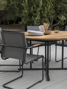 GLOSTER Sway chair | Whirl table