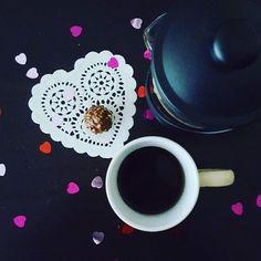 Ken je ook iemand die een beetje verwennen verdiend?  Bestel vandag je koffie een een luxe chocolade cadeau... Gebruik promotiecode VALENTIJN en dinsdag kan je je Valentijn blij maken.  #sundayfunday #tijdvoorkoffie #valentijnsdag #valentijnsdag2017 #chocoladecadeau #verwennerij #actie #promotie #giftwithpurchase #chocolade #valentinesday #valentinesday2017 # # # #coffeeshots #mykaffee #myespressocoffee #insta_coffee #caffeinatedlife #coffeegram