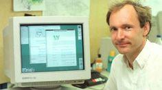 Tim Berners-Lee, creador del internet, conectado a una computadora en 1994 (CERN/Cortesía).