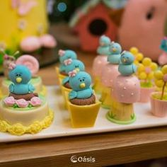 A imagem pode conter: comida Biscuits, Alice, Desserts, Cupcakes, Food, Instagram, Frosted Cookies, Sugar Art, Mini Pastries