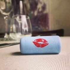 Que podemos decir de un vino que al abrirlo te da besos? Pues que nos encanta #ladescarada @5_caixes_i_mitja descúbrelo y enamórate de él en Somnis...