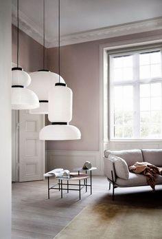 Suspensions Formakami Lamps en papier de riz blanc et structure en bois noir, 3 modèles, ht 65 cm x 45 cm diam, 67 ht x 70 cm diam, 48 ht x 50 cm diam, 259, 229 et 199 euros, Jaime Hayon pour And Tradition.
