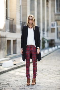 Like plaids, tartans are usually worn for a preppy outfit or a scarf but you can wear it elsewhere. Here are 7 chic and stylish ways to wear tartan clothes. Outfit Pantalon Rojo, Pantalon Tartan, Pantalon Slim, Slim Pants, Skinny Pants, Red Plaid Pants, Tartan Plaid, Checkered Trousers, Burgundy Pants