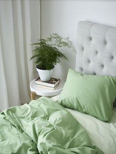 Inget är mer vår än det gröna inslaget. Här i vår ekolgiska Zack med Glommen underlakan. Home Fashion, House Styles, Bed, Interior, Dekoration, Stream Bed, Indoor, Interiors, Beds