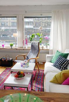 UN APARTAMENTO DE 45M2 MUY BIEN PLANIFICADO | Decorar tu casa es facilisimo.com  Love the all white with all the pops of my favorite colors......!