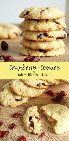 Der Duft von frisch gebackenen Cookies ist wahrscheinlich mit das Schönste auf der Welt. Dazu ein Glas Milch oder eine Tasse Kaffee und der Nachmittag ist perfekt. Und auch wenn sich spontan Besuch ankündigt oder Ihr ein kleines Gastgeschenk braucht, sind die Cookies mit weißer Schokolade und Cranberries schnell gemacht und kommen garantiert super an.