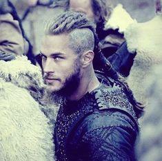 Vikings Show, Vikings Tv Series, Viking Pictures, Ragnar Lothbrok Vikings, Vikings Travis Fimmel, Viking Character, Viking Hair, Viking Warrior, Hot Actors