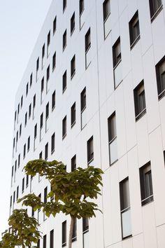 Panel Composite, una solución constructiva eficaz, económica, estética y sostenible para el recubrimiento de fachadas de edificios. Panel, Multi Story Building, Aluminium Doors, Sun Protection, Innovative Products, Architects