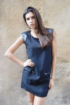 Robe noir avec les épaulette en simili cuir noir