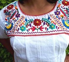 Mexican Embroidered Dress, Mexican Blouse, Mexican Embroidery, Mexican Dresses, Embroidered Clothes, Hand Embroidery Dress, Embroidery Neck Designs, Applique Designs, Embroidery Patterns
