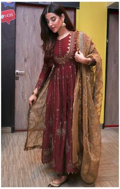 Simple Pakistani Dresses, Indian Gowns Dresses, Indian Fashion Dresses, Dress Indian Style, Pakistani Dress Design, Indian Designer Outfits, Pakistani Designers, Shadi Dresses, Frock Fashion