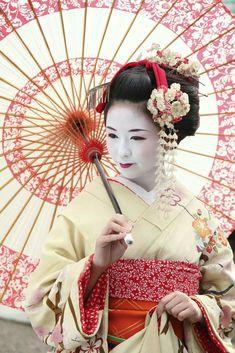 Geisha et son ombrelle : une geisha est aussi appelé Geiko ou encore Geigi Kimono Japan, Japanese Kimono, Japanese Girl, Japanese Blossom, Japanese Temple, Geisha Kunst, Geisha Art, Japanese Beauty, Asian Beauty