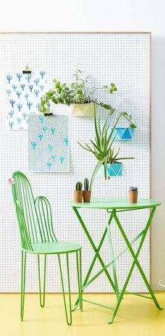 The bold and structural geometric shape of this lush green metal chair focuses on the motif of the season - the cactus, and even features a pretty flower to bring a dose of desert beauty to your space.