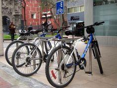El 5 por ciento del área total de los estacionamientos públicos se destinaría para el parqueo de bicicletas, de acuerdo al proyecto de ley aprobado por unanimidad por la Comisión de Transportes y Comunicaciones del Congreso. La propuesta, que modificaría la Ley que regula el servicio de estacionamiento vehicular, fue sustentada por el congresista Wuilian...