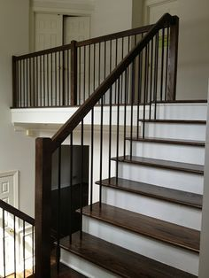Modern Stair Railing Designs That Are Perfect! Looking for Modern Stair Railing Ideas? Check out our photo gallery of Modern Stair Railing Ideas Here.Looking for Modern Stair Railing Ideas? Check out our photo gallery of Modern Stair Railing Ideas Here. Indoor Railing, Modern Stair Railing, Wrought Iron Stair Railing, Stair Railing Design, Iron Balusters, Metal Stairs, Staircase Railings, Stair Decor, Modern Stairs