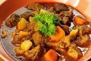 Rooibok Potjie 1 kg rooibokvleis in blokkies gesny 125 ml olie 4 geelwortels, in skyfies gesny 2 uie, in skywe gesny 2 knoffelhuisies, fyn gedruk 10 ml gekapte tiemie 250 g spekvleis, geka. Goulash, Tel Aviv, Israeli Food, Pot Roast, Beef, Chicken, Ethnic Recipes, Orient, Yum Yum