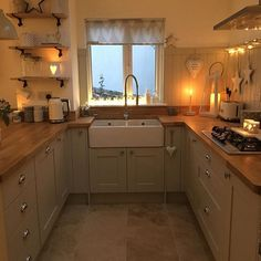 35 Rustic Farmhouse Kitchen Design Ideas December Leave a Comment There's just something so inviting about the soul-calming appeal of a farmhouse style kitchen! Farmhouse kitchen design tugs at the heart as it lures the senses with e Modern Farmhouse Kitchens, Farmhouse Kitchen Decor, Home Kitchens, Rustic Farmhouse, Farmhouse Ideas, Farmhouse Sinks, Small Country Kitchens, Small Farmhouse Kitchen, Ranch Kitchen