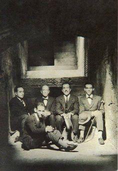 Federico Garcia Lorca con unos amigos en los sótanos de la Alhambra de Granada en 1923.      De izq. a dcha. Adolfo Salazar, Manuel de Falla, Angel Barrios y Federico Garcia Lorca, delante el hermano menor de Federico, Francisco Garcia Lorca.