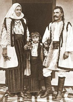 Popular Folk Embroidery Various photographs depicting Romanian old folk costumes from late Century and early Century. THE VINTAGE THIMBLE - Antique Photos, Vintage Pictures, Old Photos, Romania People, Wooly Bully, Little Paris, Folk Embroidery, Embroidery Patterns, Folk Costume