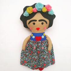 Handmade doll with felt details Fabric Dolls, Felt, Disney Princess, Disney Characters, Handmade, Frida Khalo, Hand Made, Felting, Feltro