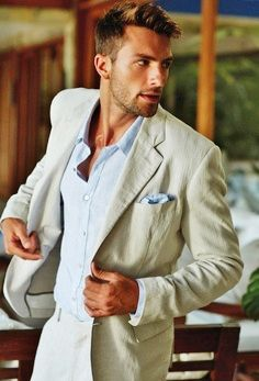 It may be hot, but there are summer suits that look amazing. Like this!