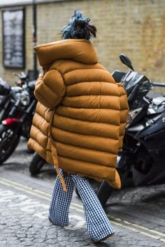 London Fashion Week's Street Style Stars Have an Eye for Details – Sabine B London Fashion Week's Street Style Stars Have an Eye for Details over puffed puffer Look Street Style, Street Style 2017, Quoi Porter, Do It Yourself Fashion, Style Outfits, Mode Inspiration, Fashion Inspiration, Mellow Yellow, Winter Looks