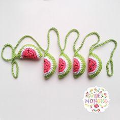 Guirnalda de sandías tejidas en crochet.