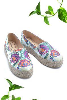 Alpargatas con textil bordado y figuras mexicanas, zapatos de la nueva colección primavera verano 2018.