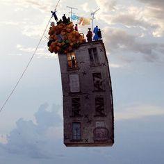 Nous avions déjà parlé il y a quelques années de l'excellente série Flying Houses du photographe et artiste français Laurent Chéhère (à voir ici). Vo