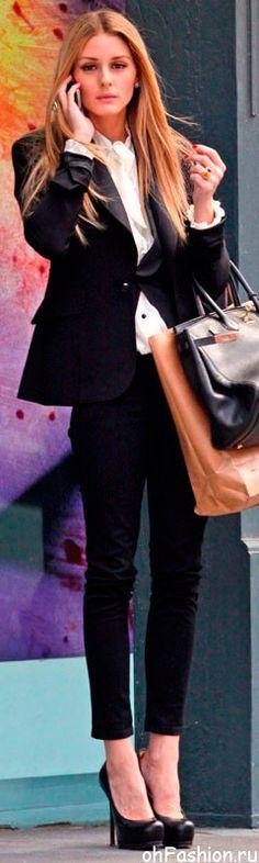 Облегающие брюки, белая блуза и черный пиджак, + черные туфли на высоченной шпильке — это деловой стиль от Оливии Палермо