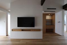ホテルライク上質空間|無垢材を使った吹き抜けシンプルデザイン空間 Floating Shelves Entertainment Center, Japanese Style House, Tv Stand Decor, Tv Stand Designs, Tv Wall Decor, Japanese Interior Design, Tv Wall Design, Home Upgrades, New Living Room