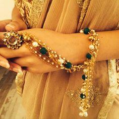Beautiful Haath Phool. Indian Jewelry Earrings, Jewelry Design Earrings, Hand Jewelry, Bridal Jewelry, Bracelet Designs, Necklace Designs, Stylish Jewelry, Fashion Jewelry, New Jewellery Design