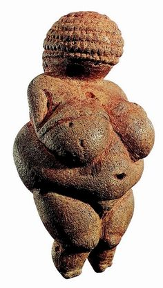 Ritrovata in Austria e conservata al Museo di Storia Naturale di Vienna, la Venere di Willendorf (35.000 a.C. circa) è una tra le più celebri Veneri Paleolitiche. Volto senza lineamenti, riccioli ordinati, forme evidenziate che rimandano a sessualità e fertilità, assenza di piedi, stilizzazione delle braccia... gli elementi tipici di queste originali statuette.