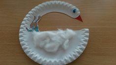 Zwaan gemaakt van een papieren bord en watten.