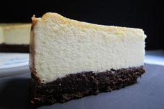 Desde niña, me han hechizado las tartas de queso. En mi memoria, han quedado grabadas a fuego las tartas de queso que veía en los aparadores de distintas pastelerías o panaderías alemanas, cuando era niña. En aquella época, principios de los 70, no era extraño encontrar en las panaderías de pueblo más humildes, las tartas de queso más increíbles que podáis imaginar. Lo que más me llamaba y sigue llamando la atención, es la altura que tienen las tartas en general y las de queso en…