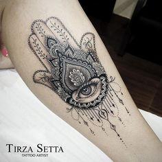 Hamsá ornamental com olho realista. Amei fazer essa tattoo! #ornamental #ornamentaltattoo #linework #dorwork #hamsa #hamsatattoo #maodefatima #maodefatimatattoo #maodefatimatatuagem #tatuagemhamsa #tatuagemfeminina #inspirationtatto #equillatera #uktta #tattoo2me #tirzasetta #tirzasettatattoo