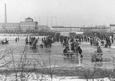 Een ondergespoten ijsbaan op het terrein van de voetbalvereniging Noviomagum, 22 december 1960