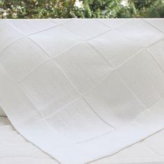Leveza e pureza. Assim é essa manta de  quadros brancos. #maternidade #enxoval #bebes