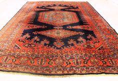 In offerta è un tappeto orientale persiano annodato a mano, questi tappeti sono realizzati in zone rinomate di annodamento.  Si prega di guardare il tappeto con attenzione e pazienza. Ogni tappeto fatto a mano ha un'armonia unica di design, bellezza e colore ed è un'opera in sé.  Provincia Viss Wiss Made in Iran lana Highland su cotone intorno al 1950 Il tappeto ha le dimensioni di 362 cm X 257 centimetri Asta n. 2013 Con certificato di autenticità  Il tappeto è nello stato usato, è sporco…
